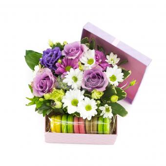 Чудесная композиция с цветами и макаронсами