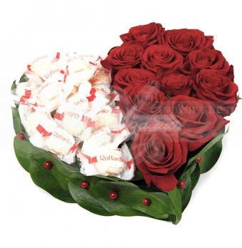 Сердце из 11 роз и конфет