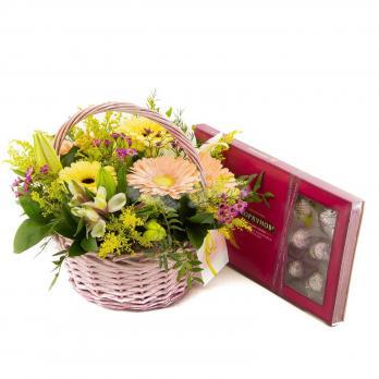 Корзина цветов с конфетами
