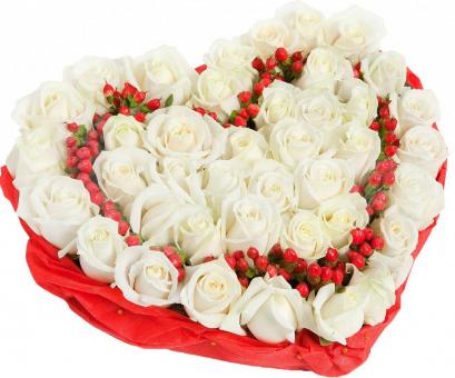 Сердце из 43 розы и зелени гиперикум