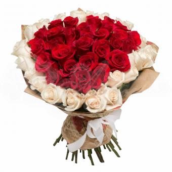 Букет в виде сердца из роз в упаковке